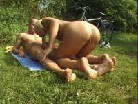 Nackt im Sattel Feucht im Schritt