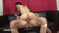Gwen vient découvrir le porno mais repartira en boitant, le cul fracassé