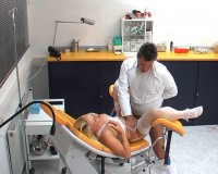 Masturbating on the gyntable with a horny like hell toy