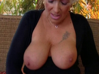 Big-boobed cougar knows the secrets