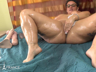Plumper mature warming up by jerking and opening up rubdown lubricant before getting her donk fisted