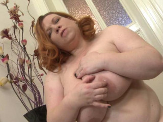 ample hooter mamazon mature going knuckle deep herself in the kitchen