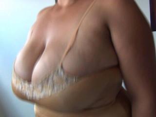 spanish yam-sized tit Xiomara plays with her bra-stuffers