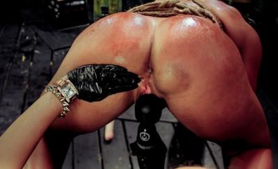 Hot Muscle MILF Becca Diamond's 1st Lesbian Domination
