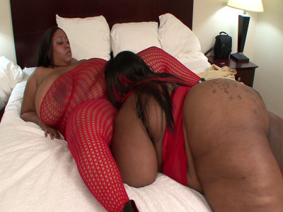 Amazing ebony BBWS enjoy licking each others clams