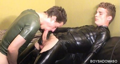BoySM: XL-Cock Sucking in skintight rubber
