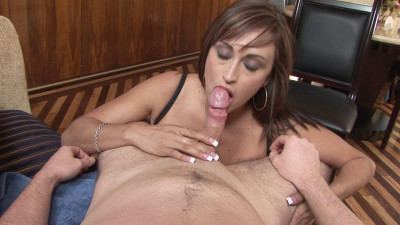 Brunette MILF gives nice head