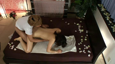 Techniques of man and the smell of oil to attract Thai oil massage Housewives