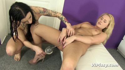 Kirsten Plant And Zuzana Zed Pee Classes (2014)