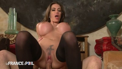 Une agent immobilière aux seins énormes ravagée par un pervers