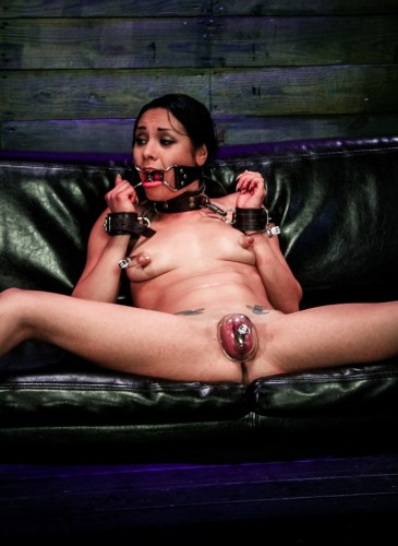 Sex slave Isa Mendez in action