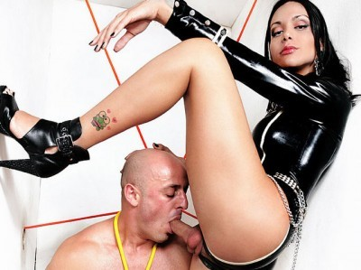 Latex Mistress Viviany And Her Slave
