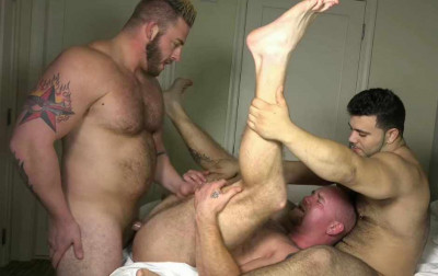 Muscle Bears In Hard Threesome Fucking