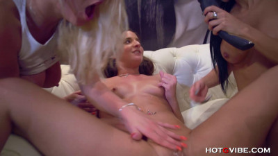 Hot Lesbians Have A 4way In Public (1080)