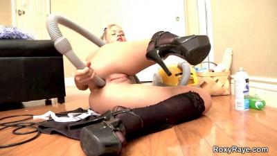 Sneaky Housemaid/Похотливая Горничная трахается с пылесосом. ШОК!!!