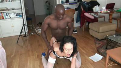 Zahia rêvait d'un black ... mais sûrement pas aussi profondément dans son cul !