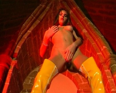 Yellow Boots, Red nails