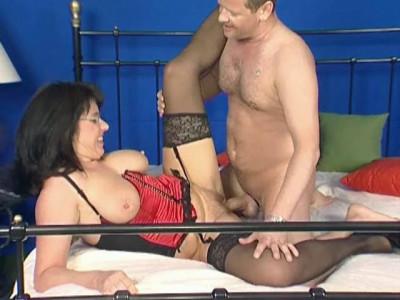 Busty lady gets to cum