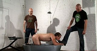 Arse screwed by a fuck machine, spanked, boot worship : gay gallery bears!