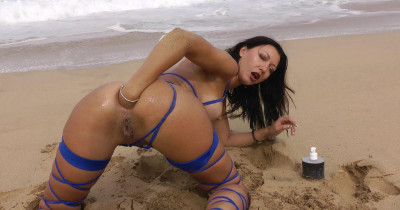 Sexy Jo In Fisting On The Beach And In The Ocean