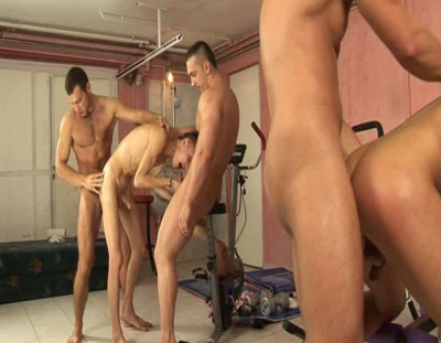 Beefy guys in raw orgy