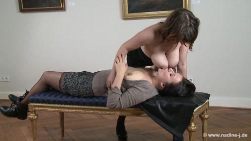 Public pumeeing Lesbian