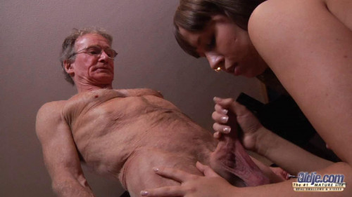 Russian girl sucks dick the old man at the erotic casting