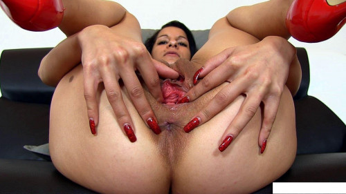 Juicy pussy brunette shows off