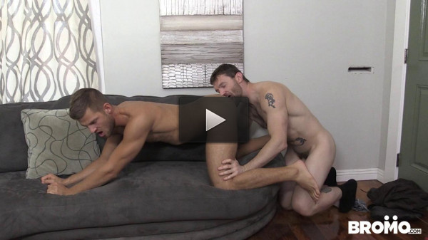 Deliveryman rigidly fuck guy in his apartment!