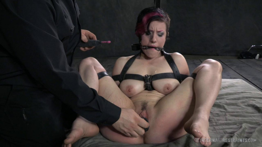 BDSM Iona Grace Gets the Hardcore Metal Bondage That Makes Her Squirt