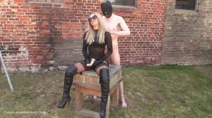 Mistresscourtney Strap on in the sun at the farm [2021,Mistresscourtney,BDSM,Bondage,Humilation][Eng]