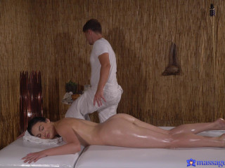 Hannah Vivienne - Pawg gets a pounding from masseuse (2018)