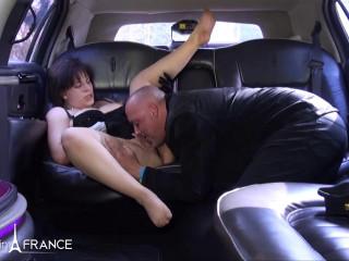 Bourgeoise nympho teste le confort d'une limousine!