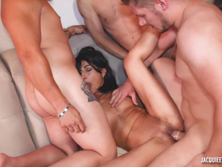 Isabelle, 48 years old, a gang-bang with four guys!