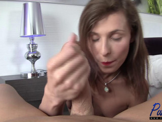 Sex industry star Sienna Grace gives a Hot hand-job