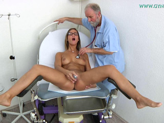Naomi Bennet 24 years dame obgyn exam (2017)