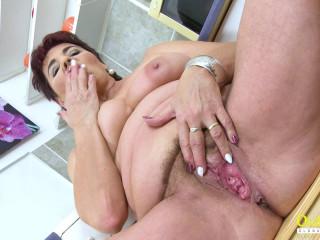 Chubby older woman has wet orgasm full hd