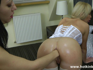 Isabella and Hotkinkyjo extreme girls simple bed fuck