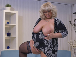big jugged Plus-size fingerblasting herself