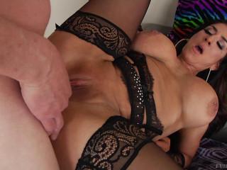 Anal Cougar Raven Hart Has Torrid Penetrate