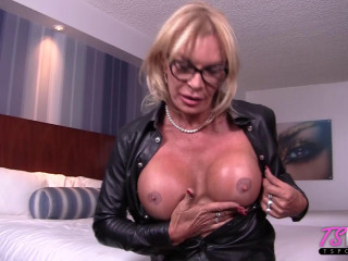 Mature European Transsexual tempts your dinky