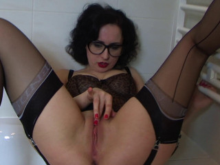 Peeing in the bathtub (in genuine nylons)