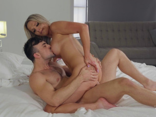 Blonde Shemale Enjoys Hot Fuck
