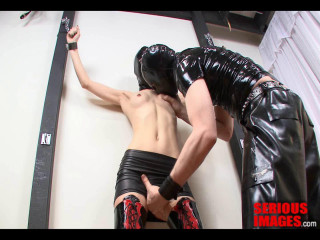 SI - Rubber Duo Fettered To The Wall