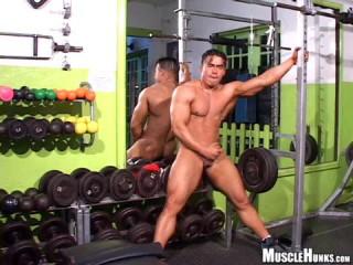 Angel Cordoba & Manuel Melia Jerk Off in The Gym (360p)