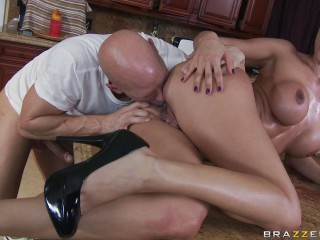Stud Helps A Hotty With Building Cleaning