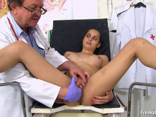 Ashley Woods (19 years girls gyno exam)