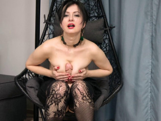 Kinky mom Wanilianna playing with her shaved pussy