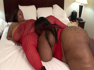 Awesome dark-hued BBWS love eating each others clams