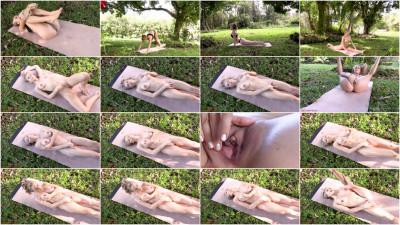 Amber La Ray — Ep. 1Yoga and Porn session